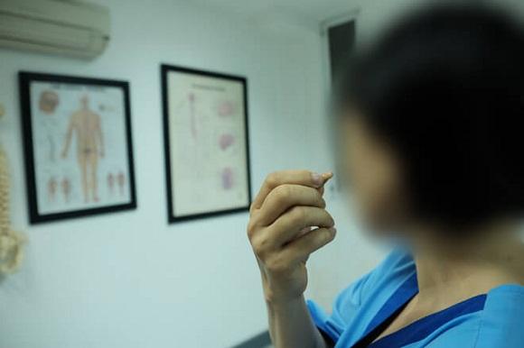 Chữa chạy nhiều nơi nhưng bệnh tình của Linh không tiên triển, cô vẫn phải đeo máy trợ thính