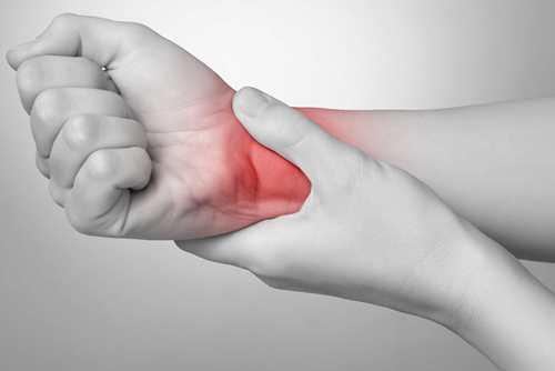 bác sĩ Paul D'Alfonso trị đau cổ tay tại Maple Healthcare