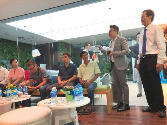 Đại diện của ACB Bank giới thiệu về buổi hội thảo
