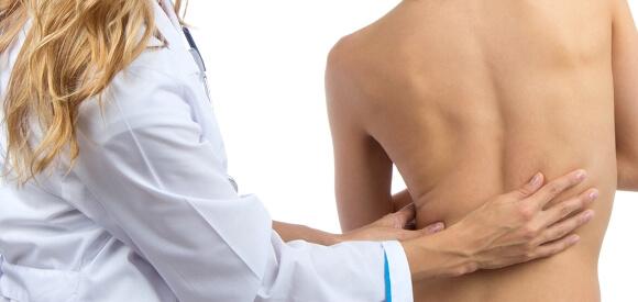 hãy đến gặp bác sĩ khi phát hiện các biến chứng cong vẹo cột sống