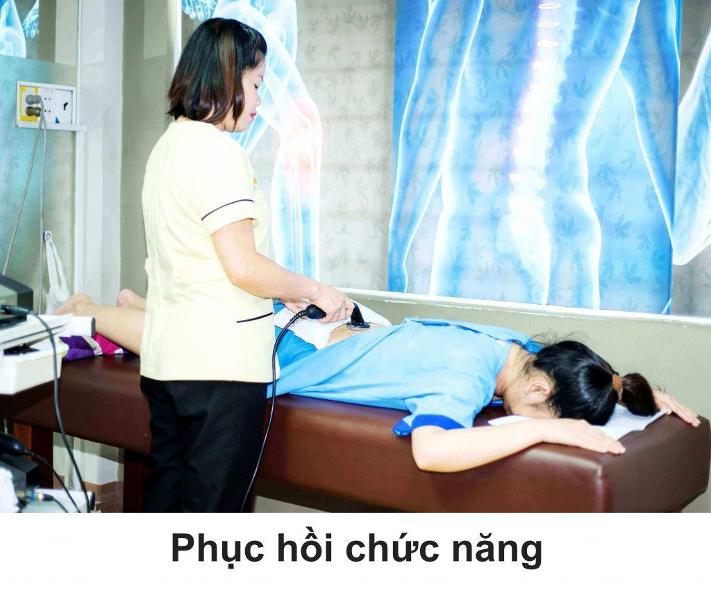 Bác sĩ trực tiếp thực hiện nắn chỉnh chuyên biệt dành cho bệnh nhân cong vẹo cột sống