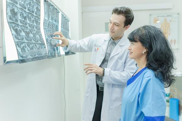 bác sĩ trị liệu thần kinh cột sống đang tư vấn cho bệnh nhân về tình trạng sức khoẻ tại phòng khám maple healthcare