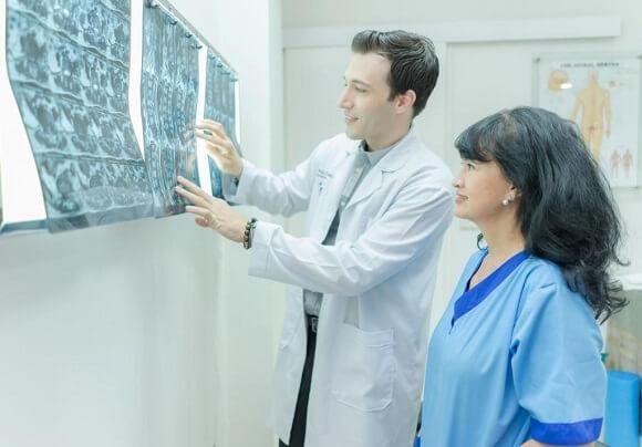 thăm khám tư vấn với bác sĩ thần kinh cột sống