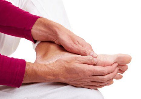 Tê bì tay chân triệu chứng của nhiều bệnh nguy hiểm - Maple Healthcare